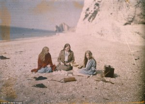 2805834800000578-3061005-Christina_is_seen_sitting_on_the_Dorset_beach_with_friends_in_th-a-6_1430327529650